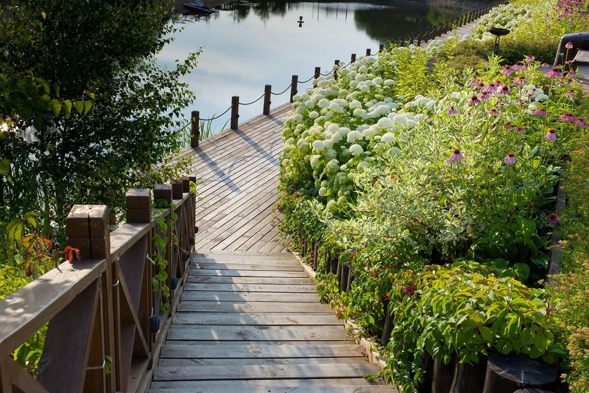 Спуск на набережную озера в коттеджном поселке Трувиль