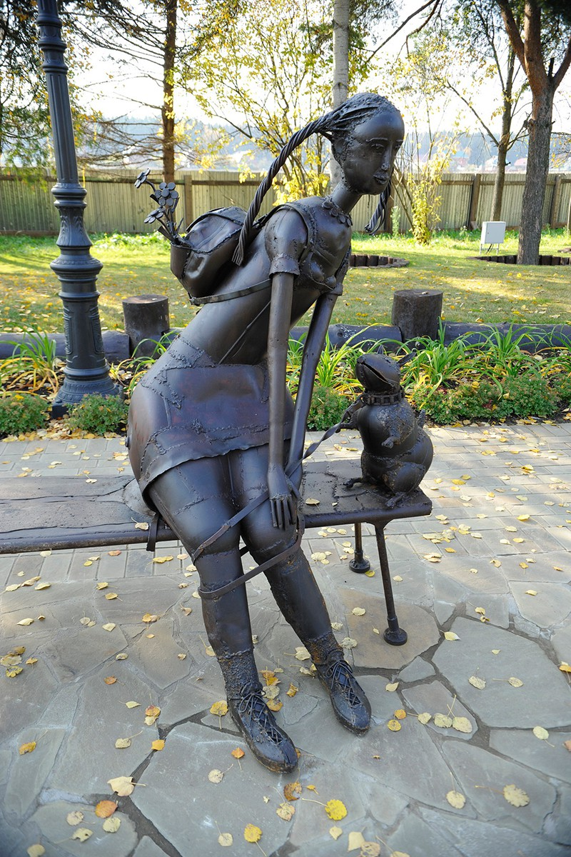 Скульптура Девушка с жабой на поводке, поселок Трувиль