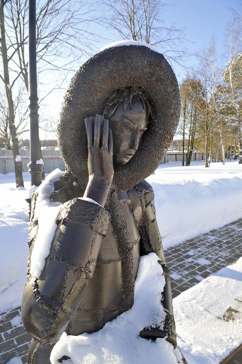 Железная скульптура Дама с мобильным, поселок Трувиль