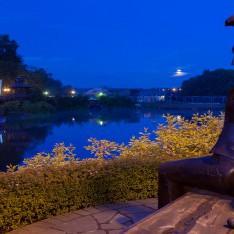Скульптура Девушка у озера, КП Трувиль, ночь